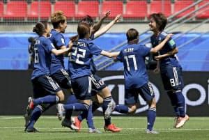 サッカー女子W杯1次リーグのスコットランド戦の前半、先制のゴールを決め喜ぶ岩渕(14日、フランス・レンヌ)=AP