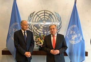 14日、国連で共同会見をするグテレス事務総長(右)とアラブ連盟のアブルゲイト事務局長