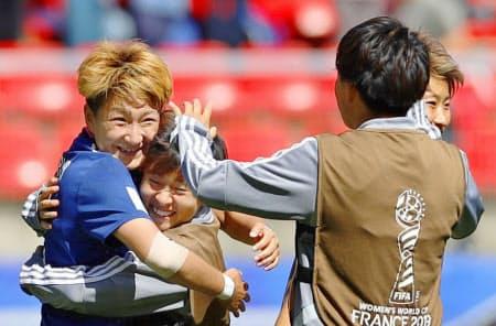 スコットランドに勝利し、籾木と抱き合い喜ぶ菅沢(左端)=共同