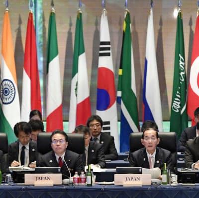 G20エネルギー・環境相会合に出席する世耕経産相(左)と原田環境相(15日午前、長野県軽井沢町)=共同