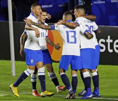 サッカー南米選手権のボリビア戦で得点後に喜ぶブラジルのコウチーニョ(左から2人目)ら(14日、サンパウロ)=AP