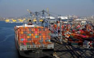 太平洋側の玄関口であるロサンゼルス港は中国が最大の貿易相手だ=ロイター