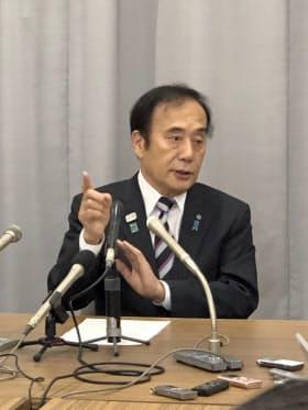 記者会見で知事選への不出馬を表明した埼玉県の上田清司知事(15日、埼玉県庁)