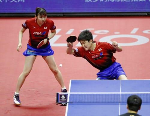 混合ダブルス決勝で敗れた張本(右)、早田組(15日、北海きたえーる)=共同