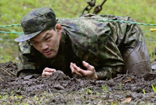 陸上自衛隊空挺教育隊に体験入隊し、ほふく前進をする柔道男子の大野将平(15日、陸自習志野駐屯地)=共同