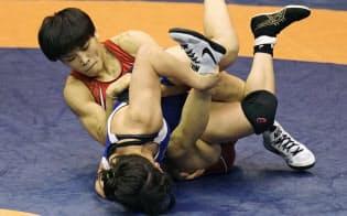 女子57キロ級準決勝 南條早映(下)と対戦する伊調馨(15日、駒沢体育館)=共同