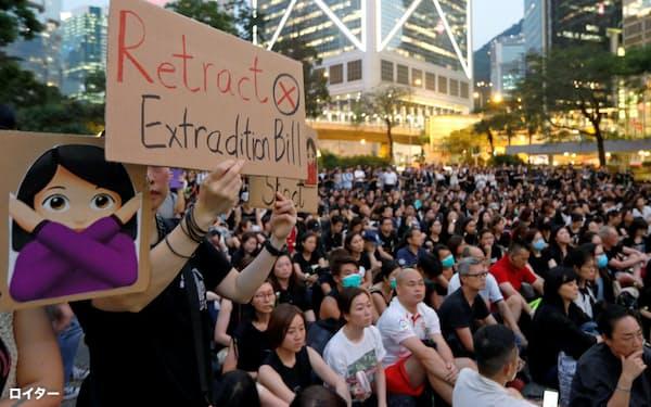 デモ隊への連帯を示すために集まった市民ら(14日、香港)=ロイター