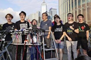 香港中心部の立法会前で「逃亡犯条例」改正案の撤回を訴える民主派の活動家ら(15日)=共同