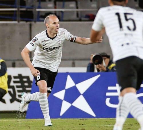 FC東京―神戸 後半、先制ゴールを決め、駆けだす神戸・イニエスタ(15日、味スタ)=共同