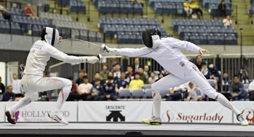 男子エペ個人決勝 宇山賢(左)に勝利し、優勝した山田優(15日、千葉ポートアリーナ)=共同