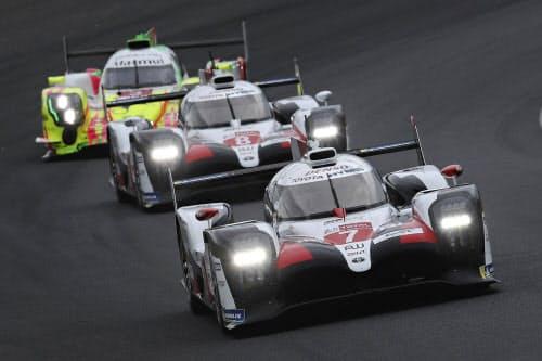 レースをリードする、トップのトヨタ7号車(手前)と2位の8号車=中央(15日、ルマン)=AP
