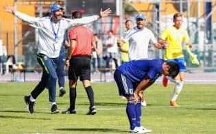 日本―ブラジル PK戦でセーブされ、膝に手をつく5人目のキッカー旗手(手前)と喜ぶブラジルの選手ら(15日、サロンドプロバンス)=共同