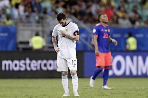 コロンビアに敗れ、うなだれるアルゼンチンのメッシ(15日、サルバドル)=ゲッティ共同