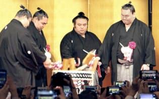 昇進披露宴で横綱白鵬(右端)、鶴竜(右から3人目)らと鏡開きをする大関貴景勝=同2人目(16日午後、東京都港区)=共同