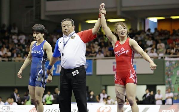 女子57キロ級決勝で伊調(左)を破り、優勝した川井(16日、駒沢体育館)=共同