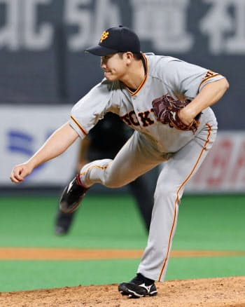 7回3失点でリーグトップに並ぶ7勝目を挙げた巨人・菅野(16日、札幌ドーム)=共同