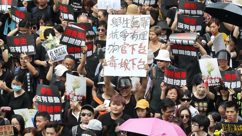 「逃亡犯条例」改正案に反対し、香港中心部をデモ行進する人たち(16日、香港)=三村幸作撮影