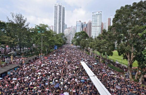 民主派は「逃亡犯条例」の改正延期では満足せず、再び大規模なデモが起きた(16日、香港)=三村幸作撮影