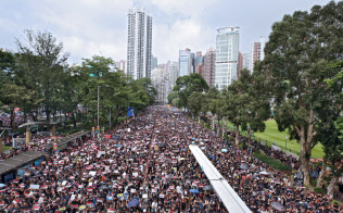 民主派は「逃亡犯条例」の改正延期では満足せず、再び大規模なデモが起きた(16日、香港)