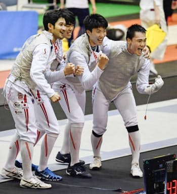 男子フルーレ団体で優勝し、笑顔を見せる(右から)松山、鈴村、敷根、三宅の日本チーム(16日、千葉ポートアリーナ)=共同