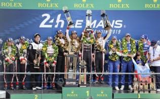 自動車耐久レースの第87回ルマン24時間で2連覇を達成し、表彰台で喜ぶ中嶋一貴(中央右)らトヨタ8号車のドライバー(16日、ルマン)=AP