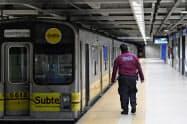ブエノスアイレスの地下鉄は停電で運休となった(ブエノスアイレスの地下鉄駅)=AP