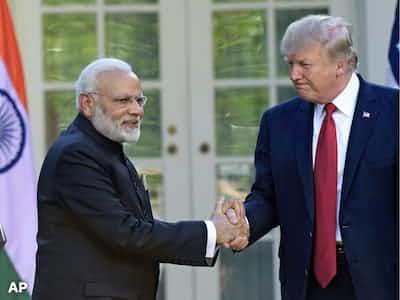 インドのモディ首相(左)はトランプ米大統領と貿易問題で火種を抱えた(17年6月の米ホワイトハウスでの首脳会談で)=AP