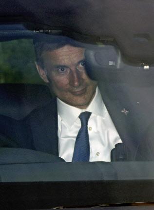 16日、討論会の会場に到着したハント英外相(ロンドン)=AP