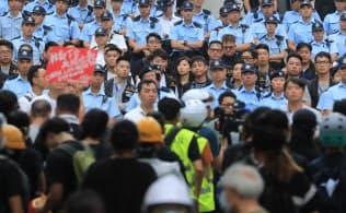 香港、抗議活動続く 政府庁舎閉鎖 200万人デモから一夜
