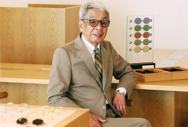 日ごろ愛用しているウェリントン型のフレームは細めで茶色。「メガネにタブーはありません。服装に合わせて着替えるように楽しんで」と話す石津祥介さん(東京都港区のアイヴァン7285トウキョウ)