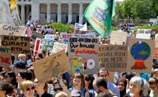温暖化対策で行動を求めてデモ行進する学生ら(5月31日、ウィーンで)=ロイター