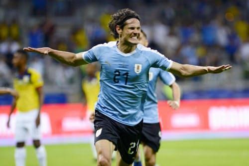 エクアドル戦でゴールを決め、喜ぶウルグアイのカバニ(16日、ベロオリゾンテ)=AP