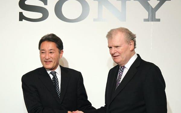 社長就任会見では笑顔もみせたが、ソニーの経営は厳しい状況が続いていた(当時のストリンガー会長兼社長CEOと握手する平井氏(左)、12年2月)
