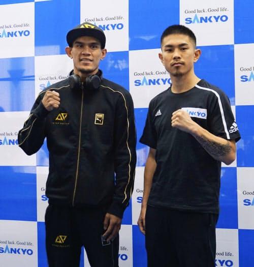 WBOスーパーフライ級王座決定戦の予備検診を終えた井岡一翔(右)とアストン・パリクテ(17日、東京都品川区)=共同