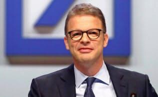 ドイツ銀行のゼービングCEOの再建への覚悟が問われる(5月の株主総会、フランクフルト)=ロイター