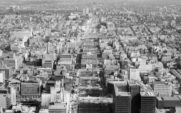 建設中の中央大通を西から望む(1960年代後半、大阪市)