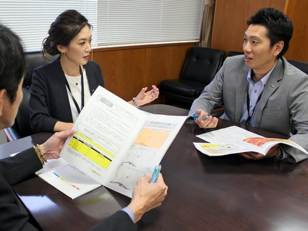 各社員が我が家の「リスクマップ」をみて、家庭減災を進める(ジェイテクトの大阪本社)