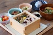 おこわと季節の和菓子をセットにしたランチメニューも提供する