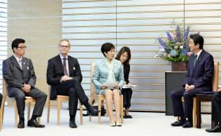 安倍首相(右)と会談する小池百合子東京都知事(左から3人目)ら。左端は松井一郎大阪市長(22日、首相官邸)=共同