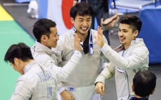 男子サーブル団体で3位になり、喜ぶ徳南(左から3人目)ら日本(17日、千葉ポートアリーナ)=共同