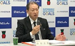 記者会見するのと共栄信金の鈴木理事長(17日、石川県七尾市)
