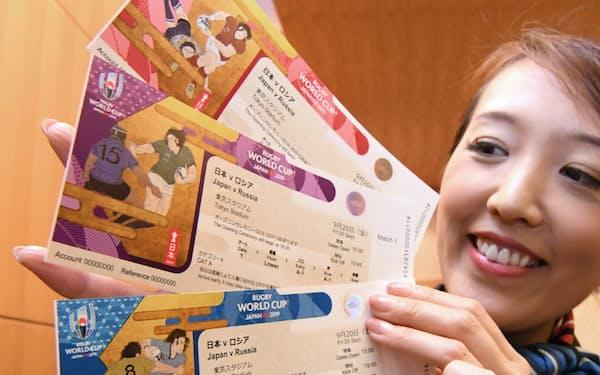 発表されたラグビーワールドカップ日本大会のチケットデザイン(17日、東京都港区)