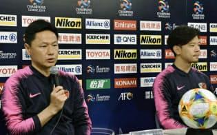 ACLの広島戦に向け、記者会見する鹿島の大岩監督(左)と白崎(17日、茨城県鹿嶋市)=共同