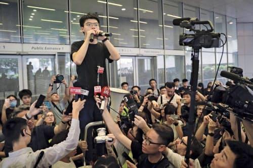 17日、抗議デモ参加者らを前に演説する黄之鋒(ジョシュア・ウォン)氏=AP