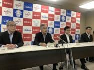 橋本隆史頭取(左から2人目)らが「自助努力で生き残りを図る」と強調した(17日、奈良市の南都銀行本店)