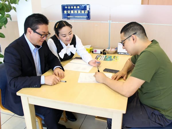 イージーカーライドではブラジル人の店員(左側の2人)が接客する(愛知県安城市)