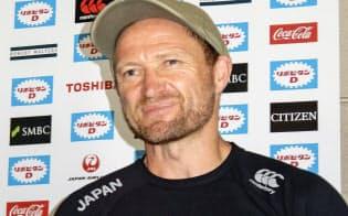 取材に応じるサンウルブズのブラウン・ヘッドコーチ(17日、宮崎市)=共同