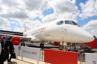 パリ国際航空ショーで展示される三菱航空機の「スペースジェット」(17日、ルブルジェ)