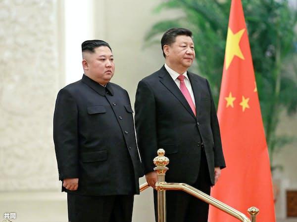 1月、北京の人民大会堂で歓迎式典に臨む北朝鮮の金正恩委員長(左)と中国の習近平国家主席(朝鮮通信=共同)