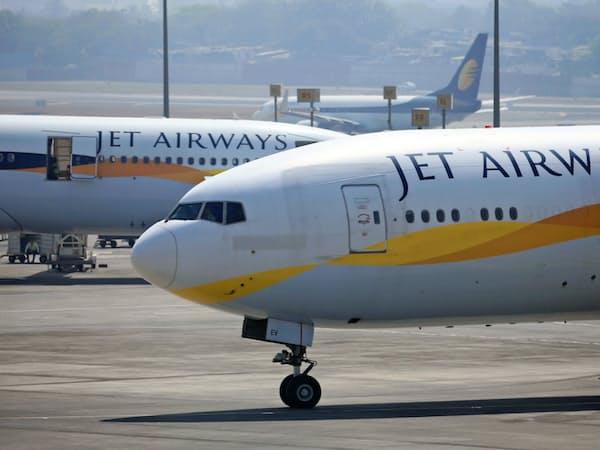 インドのジェット・エアウェイズはこの2カ月間運航が止まったままだ(2月、ムンバイ国際空港)=三村幸作撮影